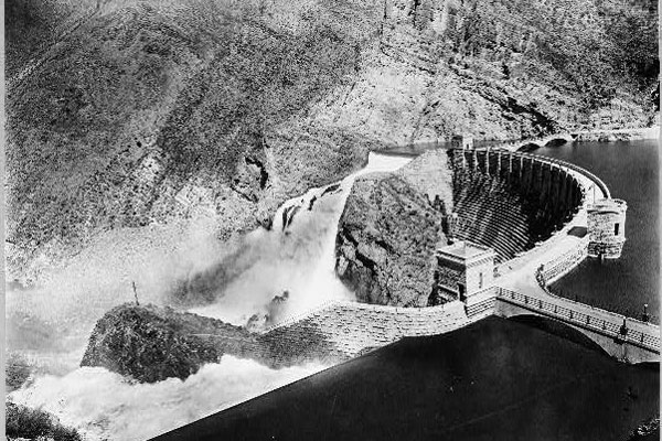 spring-flooding-at-roosevelt-dam-1915-loc-3c06345r-blog