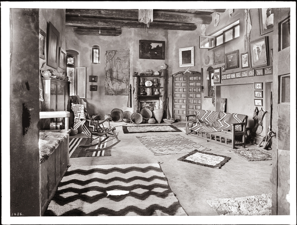 F_Lummis_Interior_view_of_'El_Alisal'_the_home_of_Charles_F._Lummis,_ca